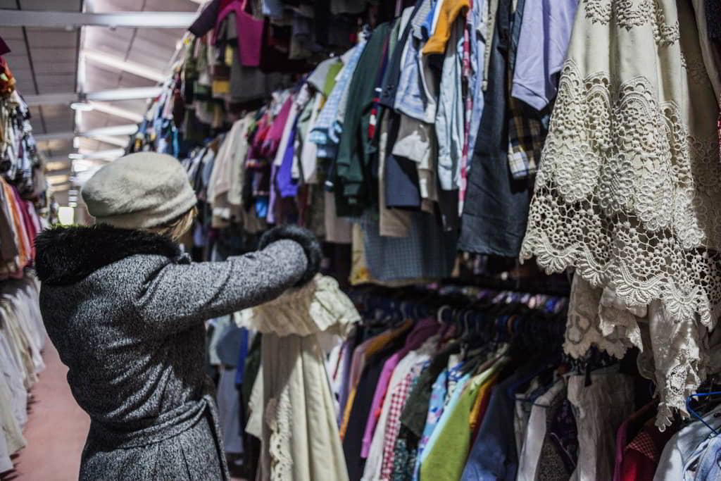 figurinista-con-ropa